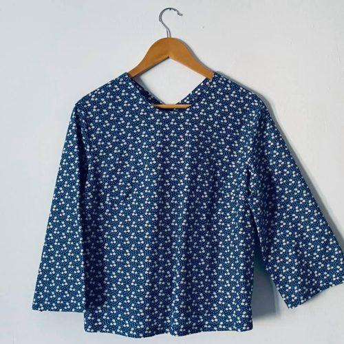 Blusa in popeline blu con fiori